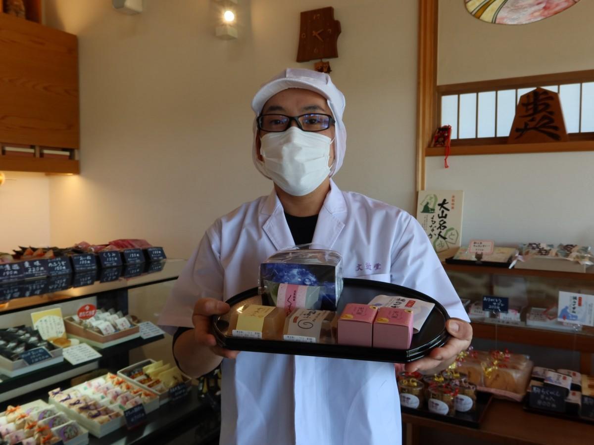 2代目の大崎喬寛さんと「旅する和菓子」詰め合わせ