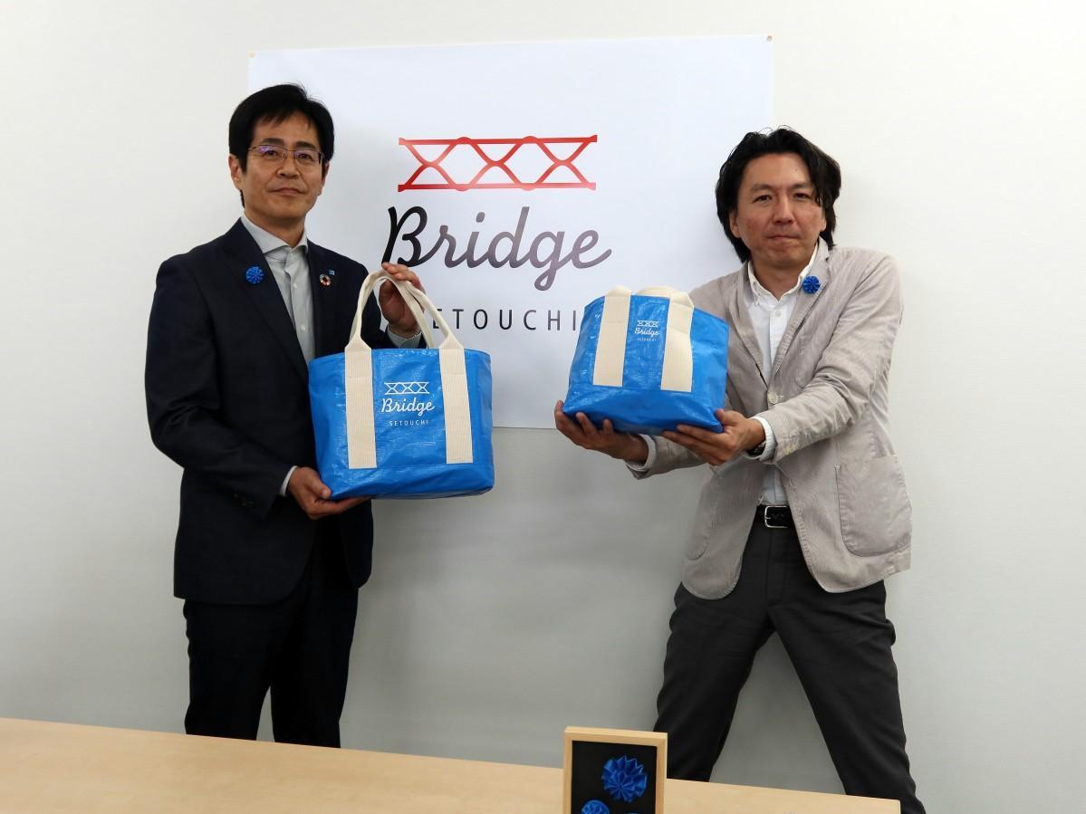 萩原工業の浅野和志社長(左)とBRIDGE KUMAMOTOの佐藤かつあきさん(右)