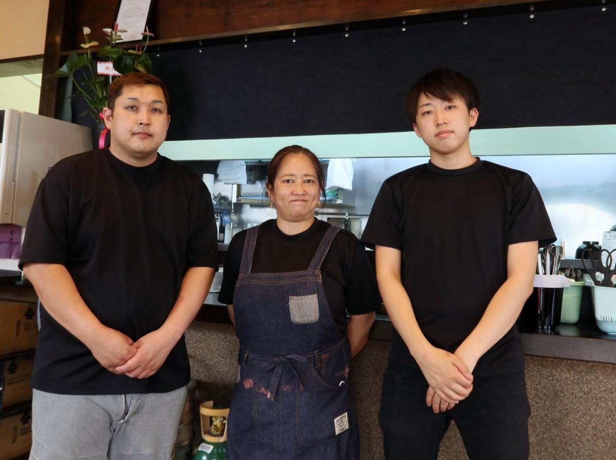 (左から)中島勝さん、愛子さん、魁さん