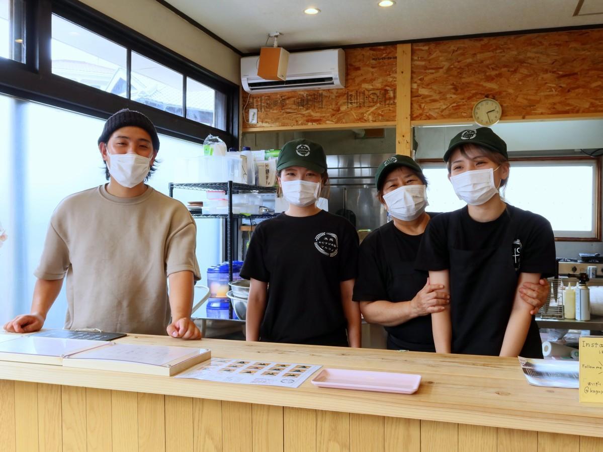「かぐや」の妹尾大地店長(左端)とスタッフ