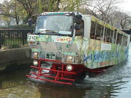 陸地に上がってくる水陸両用バス、ナンバーは808(桜ノ宮にて)