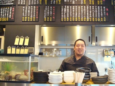 ナポリ修行経験のある洋食担当の立田さん。女性に人気の立ち飲みスタイルの1階で
