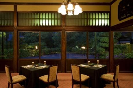 築90年を越える大正ロマン漂う淀川邸。夜の庭園にはかがり火もたかれる