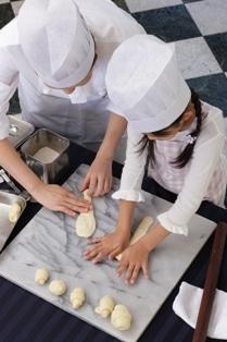 親子で体験する米粉を使ったパン作り。コック帽はもれなくプレゼントされる