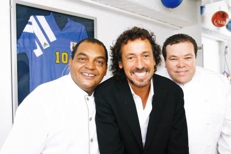 サッカーファンにはたまらない品も展示。「故郷のブラジル料理とともに、サッカーも楽しんでいただきたい」