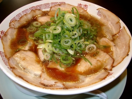同店人気のチャーシュー麺には、ねぎと薄切りチャーシューがぎっしり
