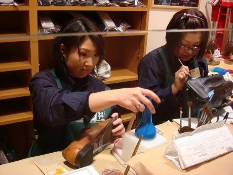 修理ができる女性スタッフ2人も勤務しているので、靴・かばんのにおい取りといったデリケートな問題も気軽に相談できる。左から太田さん、坂本さん。