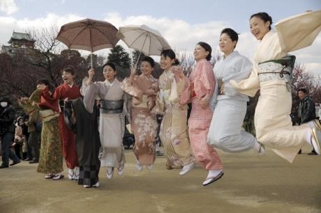 着物姿の女性60人、大阪城で観梅-外出機会設け和装楽しむ