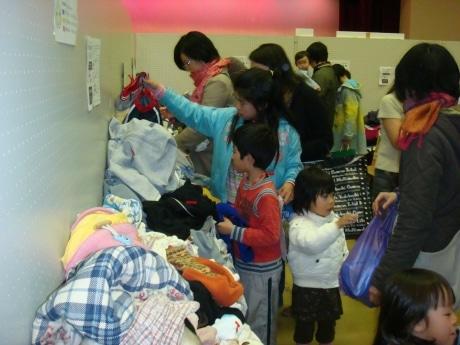 ベビー用品交換会には、多彩なベビー服などが集まりにぎわいをみせた。おもちゃ関連が特に人気を集めていた