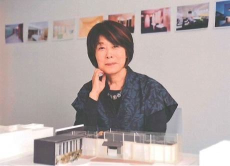小林さんの事務所で、自身が手がけた秋葉原の有料トイレ の模型と共に