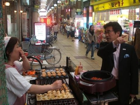商店街での立ち話も京橋の魅力(高橋健三さん=右)