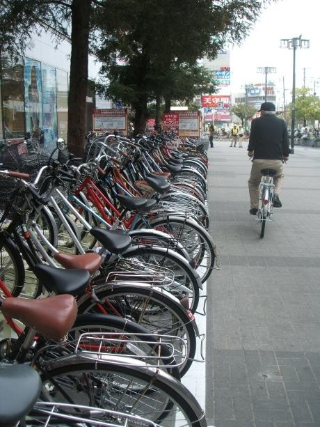 整然と自転車が並び、通行もスムーズに