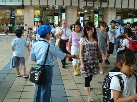 同日、15名の大阪鉄道少年団がティッシュ配布を行った