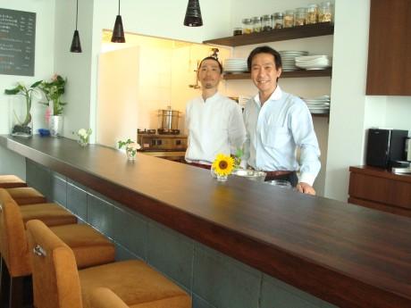 シェフに藤原さん(左)、オーナーの松本さん(右)