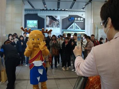 京橋駅で「奈良」をPRするせんとくん