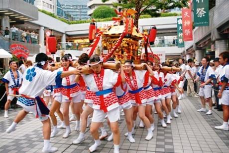 京橋で「天神祭前夜祭」-ギャルみこしと櫻宮だんじりばやしがコラボ