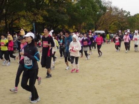 大阪城公園を走り抜ける参加ランナーたち