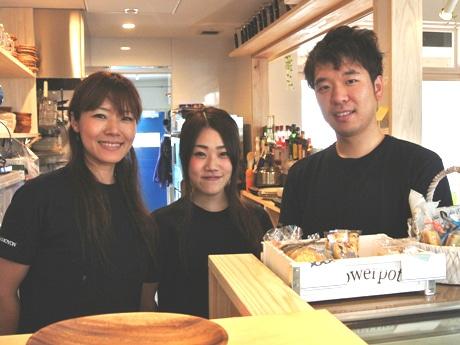 「Caf・de GAMOYON」の店長玉置さん(左)とスタッフの皆さん