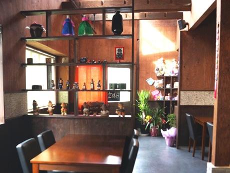 韓国の家具でそろえたモダンな雰囲気の店内