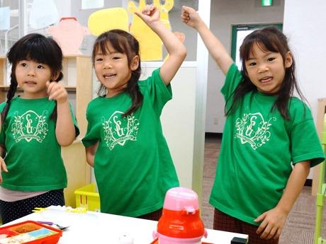 英語でレクリエーションを楽しむ「スワール グローバル プリスクール」の園児たち