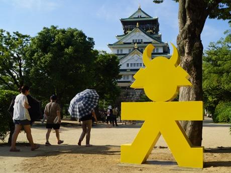 大阪城に出現した人型大文字モニュメント。