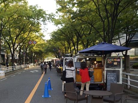 歩行者天国となった大阪城公園とターミナル駅をつなぐメーンストリート「パークアベニュー」