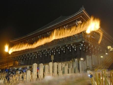 東大寺二月堂の欄干(らんかん)に掲げられる「お松明」の様子