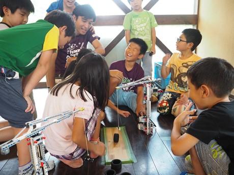 楽しそうにロボット制作する子供達の様子