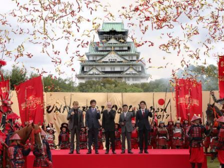 セレモニーの様子。左から山本耕史さん、草刈正雄さん、ジャン・ルイ・ボニエ社長、松井一郎知事、吉村洋文市長