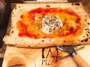 京橋に「A PIZZA」 一人前サイズの四角いピザ、好みにカットし提供