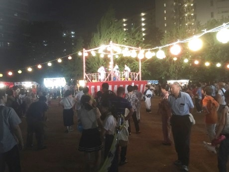 3年ぶりに行われたベルパークシティの夏祭り。盆通りの音楽は15棟の大型マンションに反響し都島の夜空にこだました。