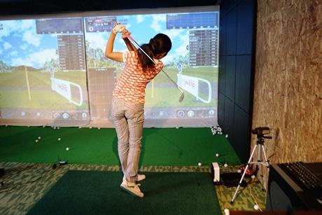 ゴルフの練習をしている様子
