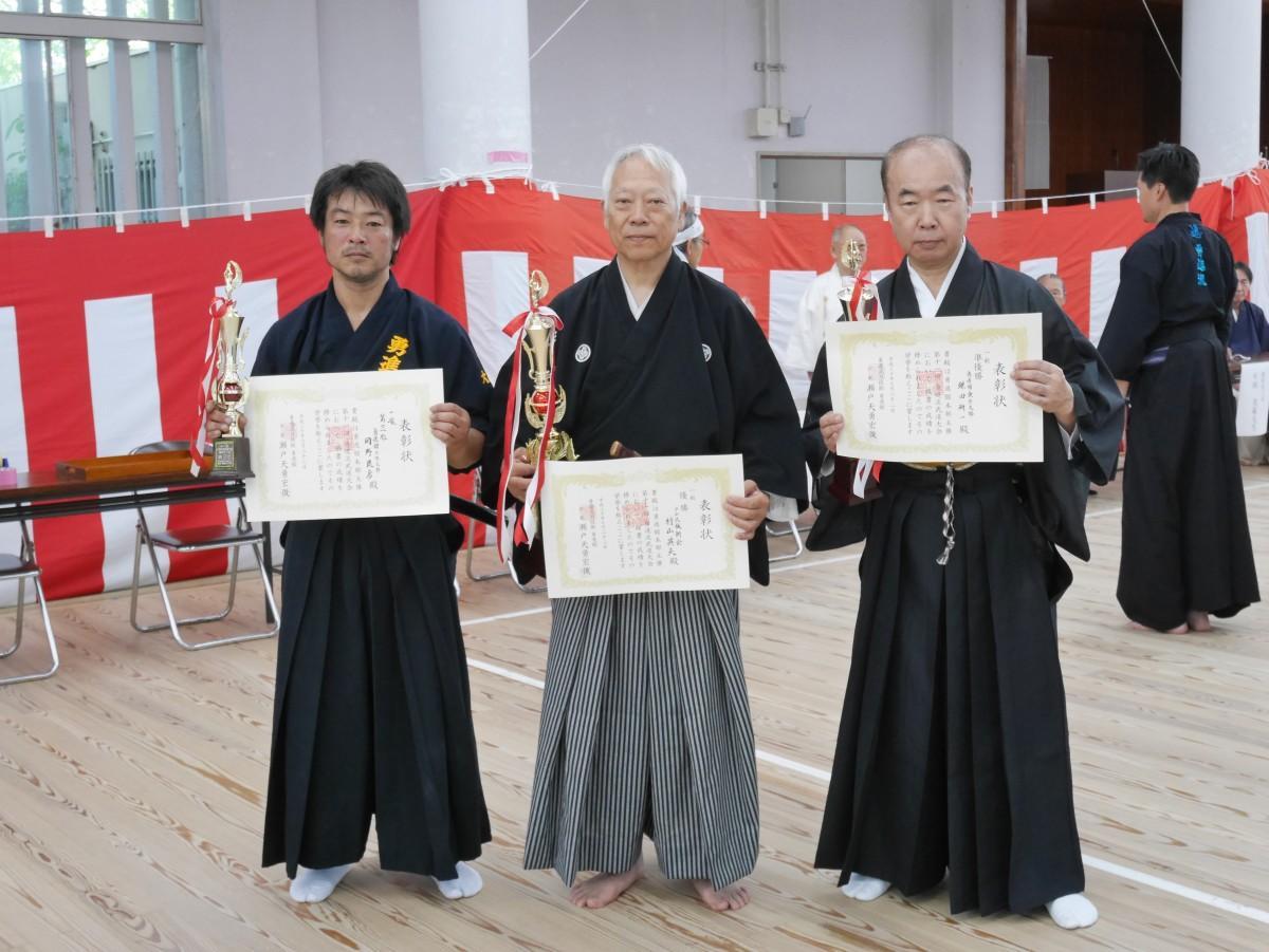「一般の部」で優勝の村山剣士(真ん中)、準優勝の鎌田剣士(右)、3位の岡野剣士(左)