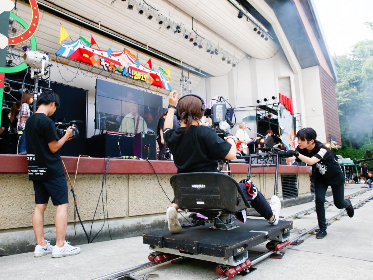 昨年、舞台前で撮影する学生
