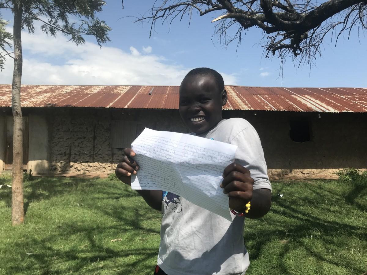 作文を見せるケニアの子ども