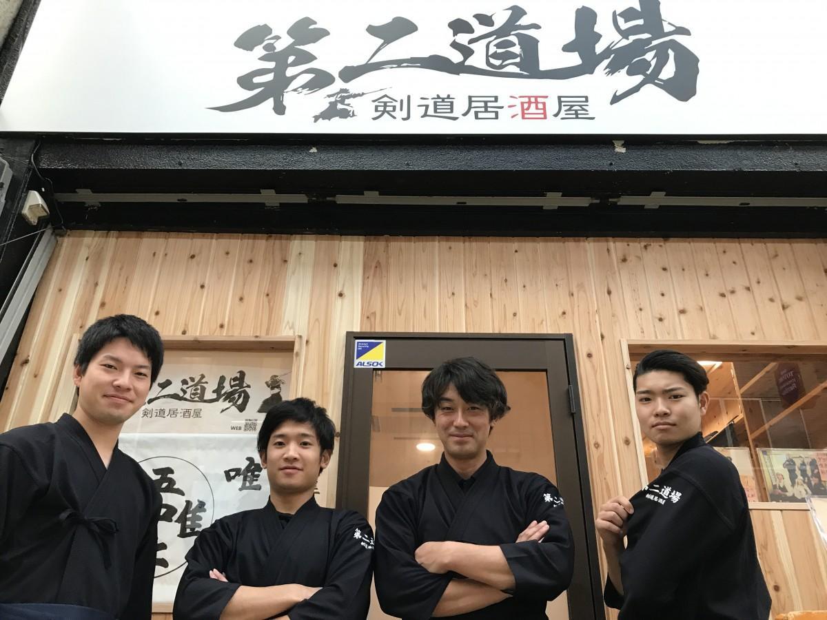 (左から)若山祐也さん(22)、二神大也さん(21)、店主:石塚一輝さん(39)、横山朝陽さん(18)