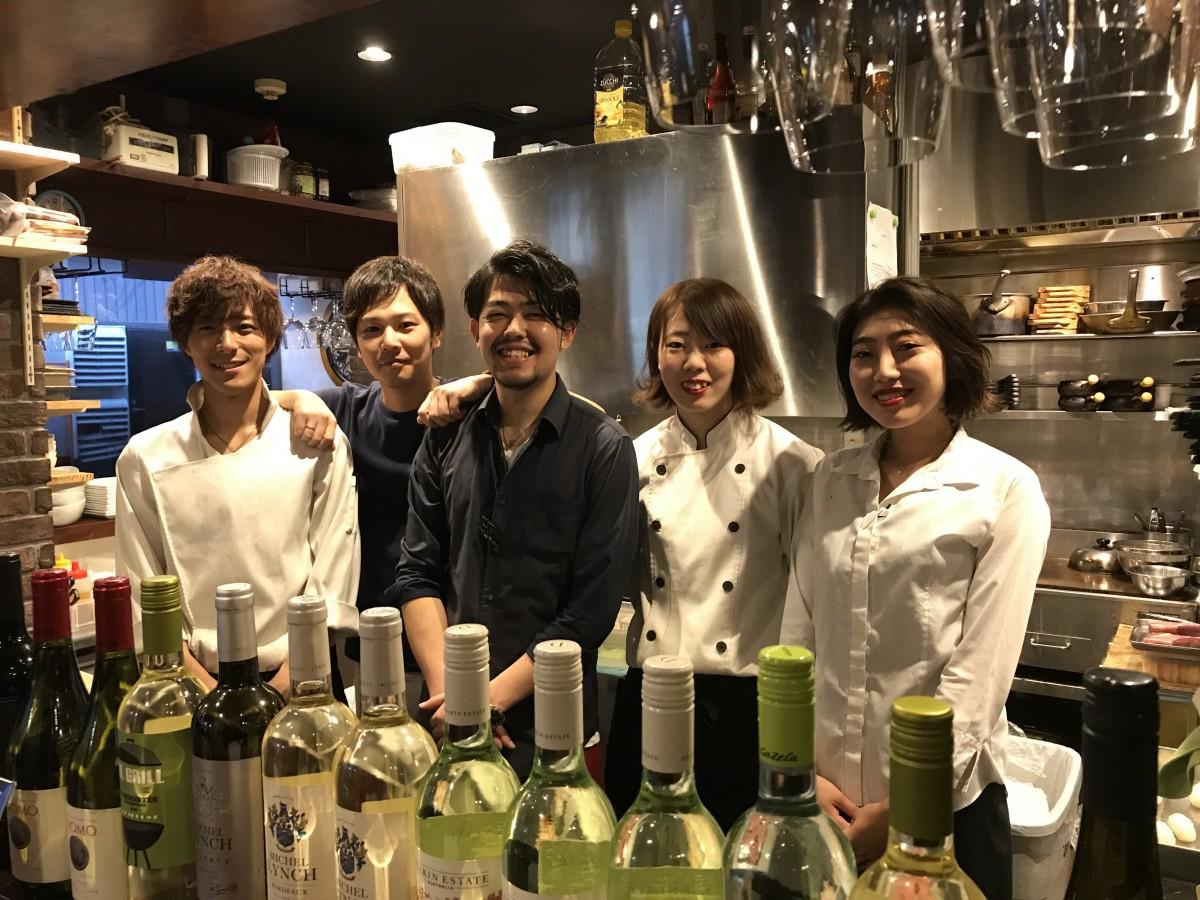 肉バル×イタリアン RIVIO 本店 オーナーの山田哲也さん(34)(左から二番目)とスタッフ一同