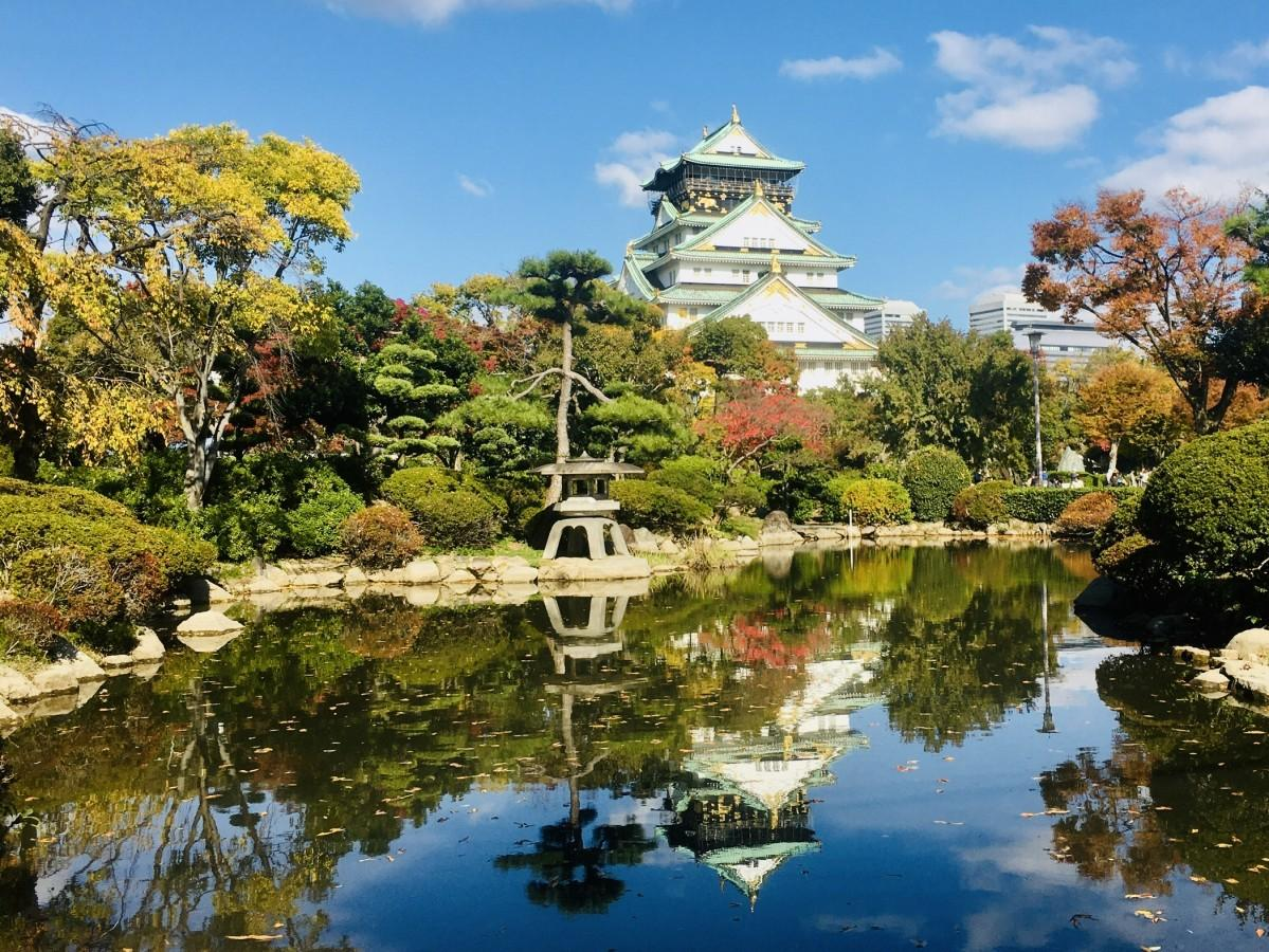 1 「逆さ天守閣with紅葉」この時期しか見られない水面に映る景色(日本庭園)