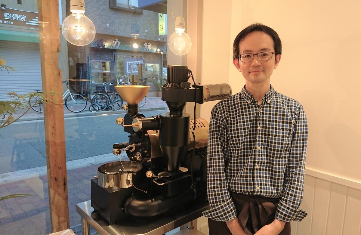 中冨大樹さん 「スペシャルなコーヒーを薦めるのではなく、お客さんが先入観なく本当に好きな味と香りを提供したい」と中冨さん。客との会話からその人の好みを汲み取り、焙煎時の時間や火力を微妙に変えていくという。