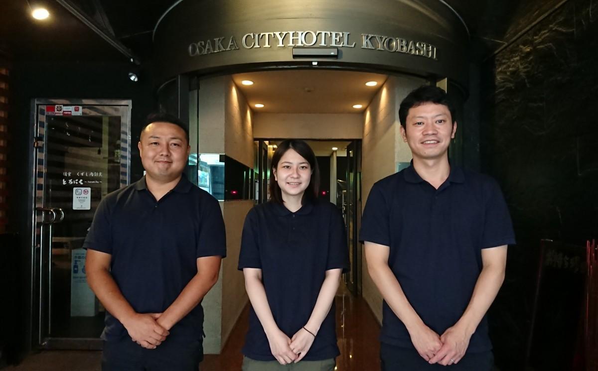 中村社長(左)「宿泊客に良いお店を自信を持ってご紹介できるのが嬉しい」、岩崎支配人(右)「今後は宿泊だけにとらわれず、会議室や長期の住居的なサービスも検討している」。