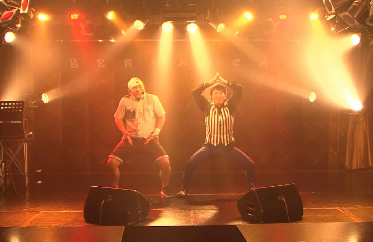 マジックコンビ「のずちん」の無観客配信マジックショー。沖縄マジシャンのデビッドちんすこうさん(左)と、大ドジ芸人あざーす・のずさん。