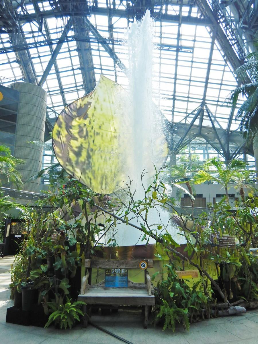 巨大ウツボカズラのレプリカの前で、最大8メートルまで上がる噴水