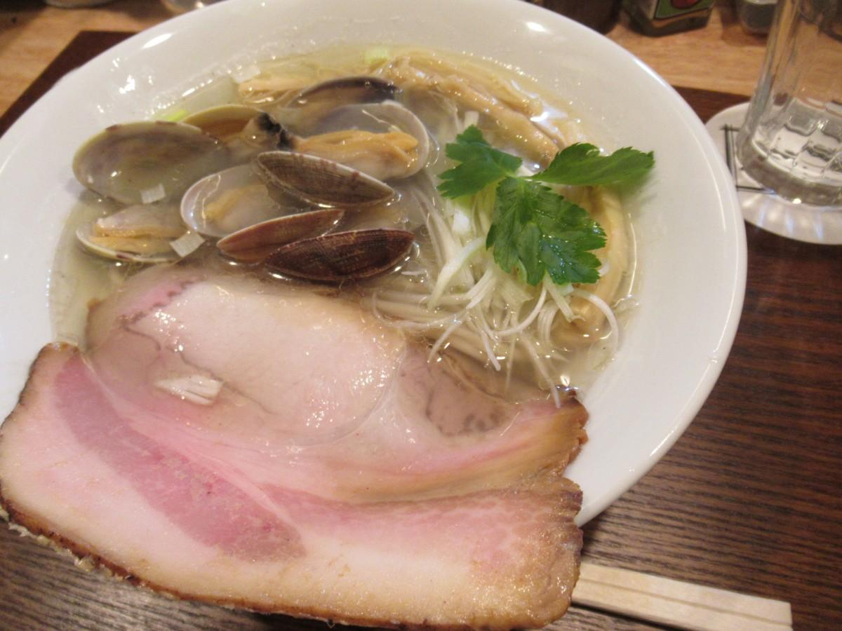 活あさりの塩そば(1,000円)。貝めし(300円)にスープを入れて食べるのが通