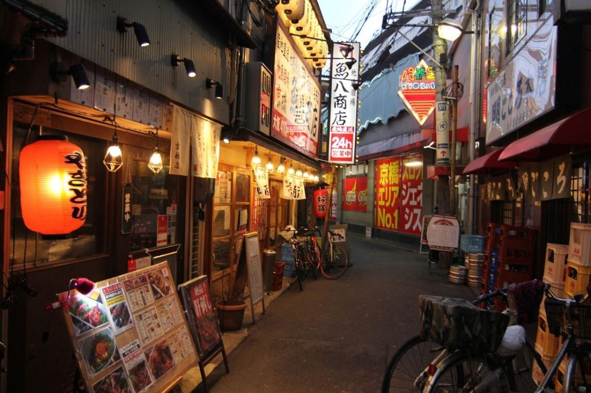 時短営業が続く京橋の商店街