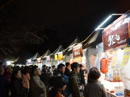 大阪城で夜桜イルミナージュ-屋台の行列