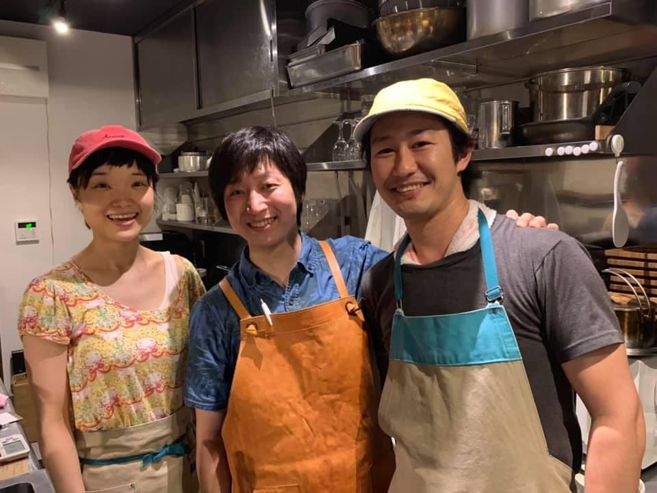 「BAR-(HAJIME)」の村山一(はじめ)さん(中央)と「マホラ食堂」の内田龍さん(右)、鵜沼由佳さん(左)