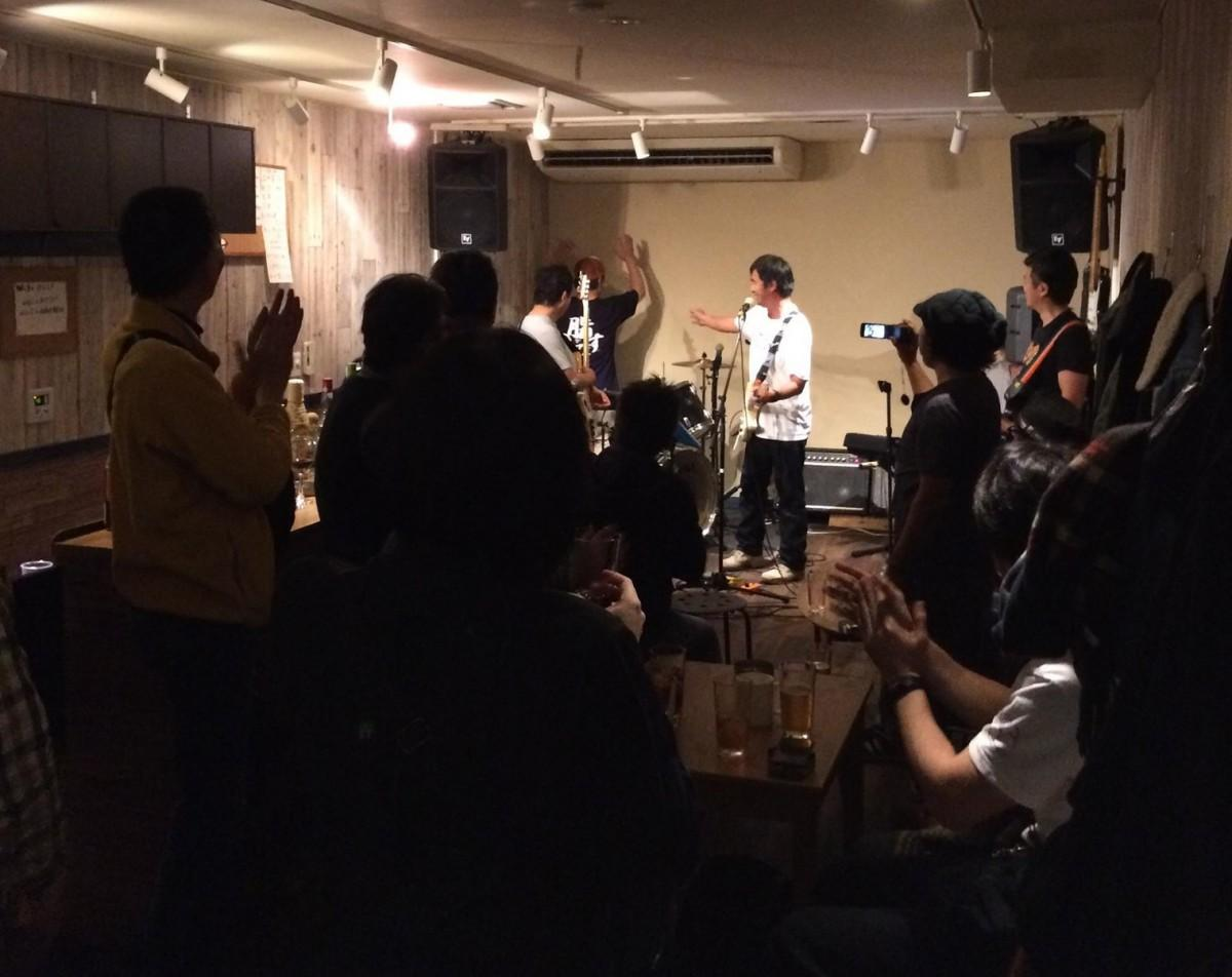 「メッタ」のライブ風景。バンドも観客も思い思いに楽しむ