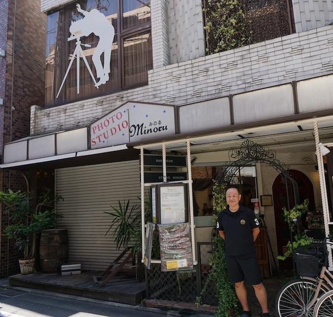 ヘッドスパ専門店「やわらぎ」と店主の天野さん。看板と窓に写真館の名残りがある