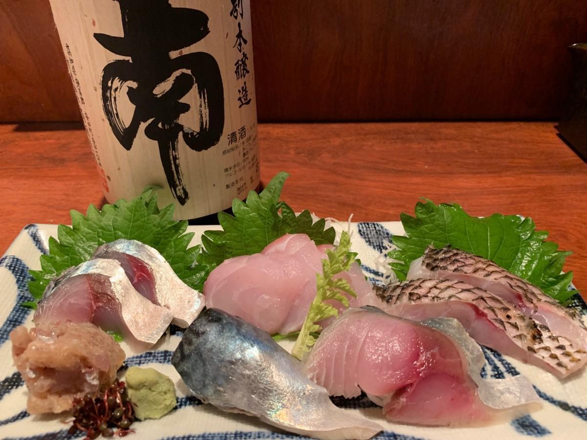 高知・室戸から届いた鮮魚の刺し盛りと大将オススメの日本酒「南」
