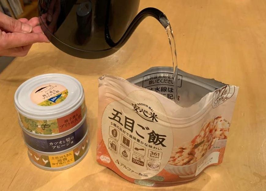 「アルファー食品」の防災米「安心米」にお湯を注ぐレクチャーを行なう。15分後にはふっくらとしたご飯が食べられる。